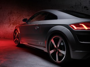Static photo TT Quantumgrau Edition 45 TFSI quattro S tronic Output: 180(245) kW(hp) Combined fuel consumption: 7.0 l/100 km (33.6 US mpg) Combined CO2 emissions in g/km: 161 (259.1 g/m)