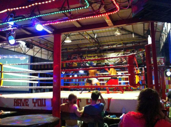 Bar en Phi Phi Don con ring de Muay thai para los clientes