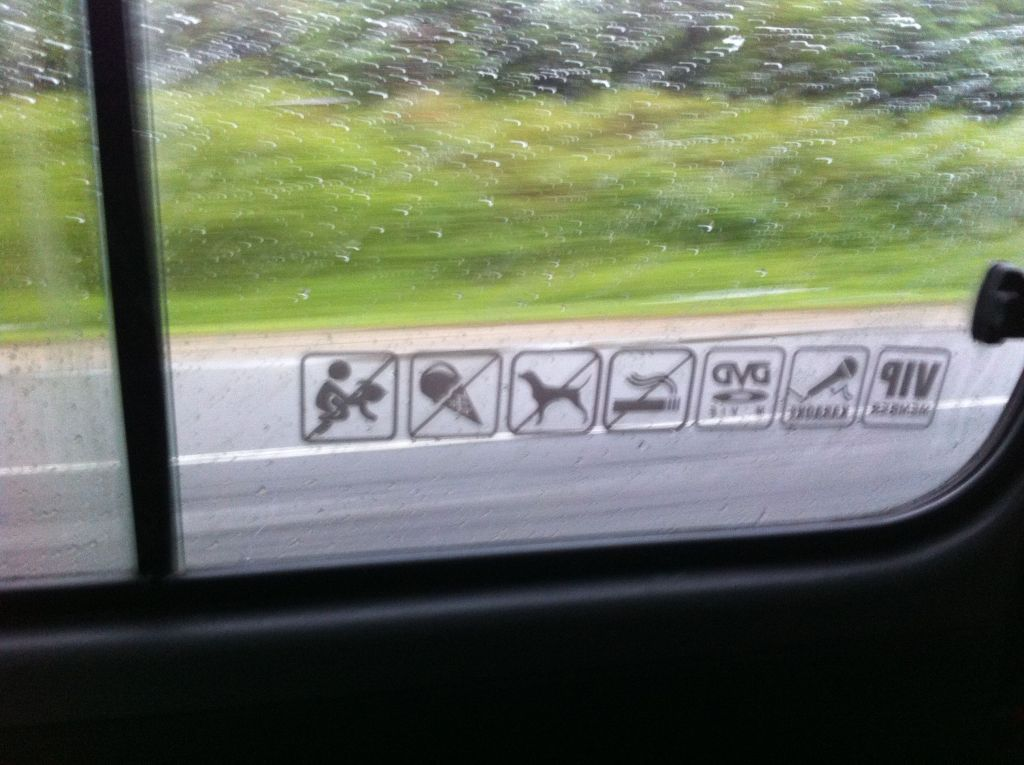 Curiosas las prohibiciones en un taxi tailandés.... :D