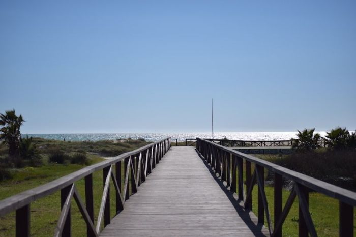 puente hacia la playa