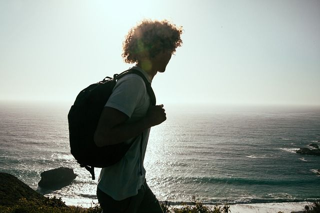 Viajero Millennial con pelo rizado :)