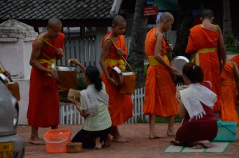 Luang-Giving-alms