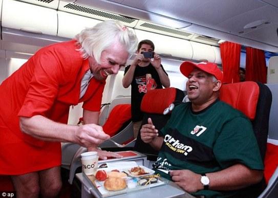 Fernandes bersama pesaingnya Sir Richard Brenson pengasas Virgin Airlines