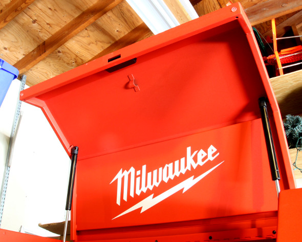 Milwaukee 30 inch storage combo lid finger pull