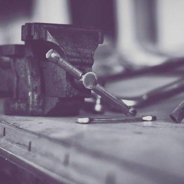 Tornillos de banco, morsas, sargentos y bancos de trabajo. Encuentra toda la variedad en nuestra web. #tools4us #herramientaamadera #herramientastaller #herreria #carpinteria #taller #tallerbarcelona #tallermadrid #tallermadera #ebanisteria #herreria #herrero #carpintero #mecanico