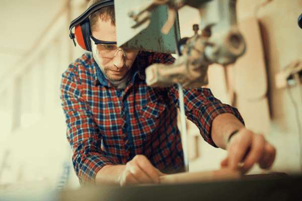 worker using the best band saw