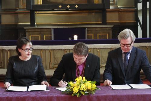 Lepingut allkirjastavad Sirje Helme, Urmas Viilma ja Mart Kalm
