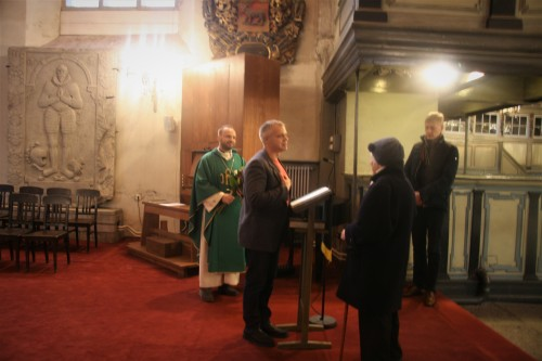 Helilooja Ester Mägile annab kultuuripreemia üle toomkoguduse juhatuse esimees Indrek Treufeldt