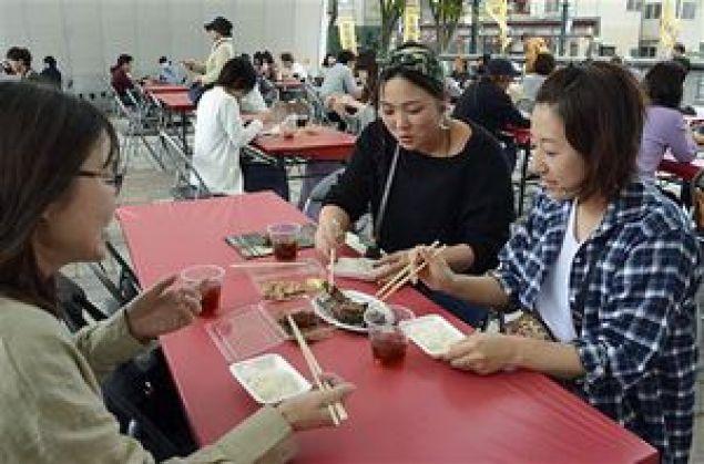 各店舗の肉料理の食べ比べを楽しむ来場者たち
