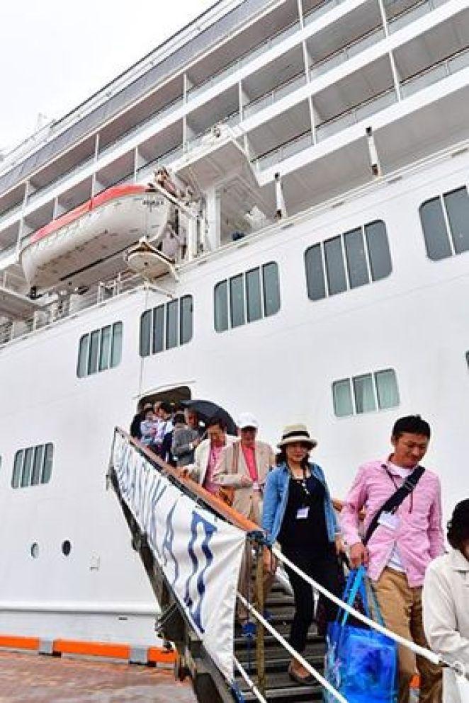 青森港に帰港した「飛鳥II」から降りる乗客=10日午後、新中央埠頭