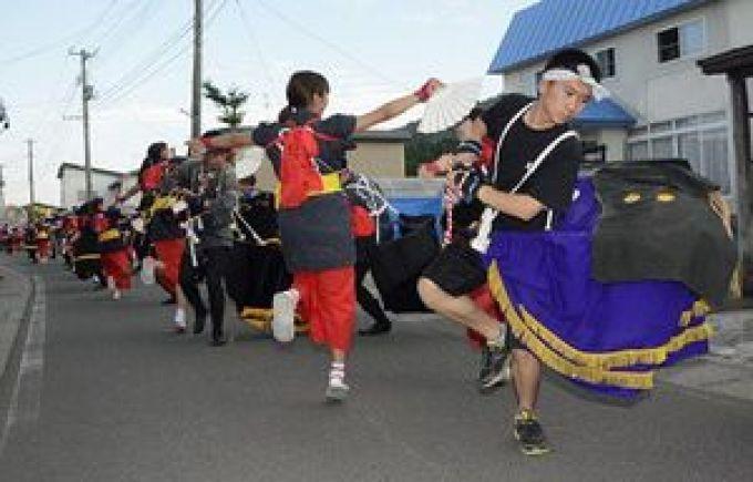 勇壮な荒馬を披露しながら大川平地区を練り歩く地元の子どもたち=3日、今別町