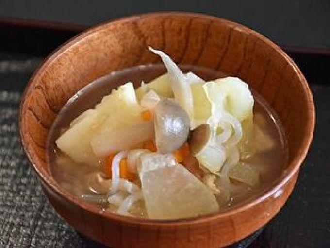 保健大の学生手作りの「野菜たっぷりおかず味噌汁」