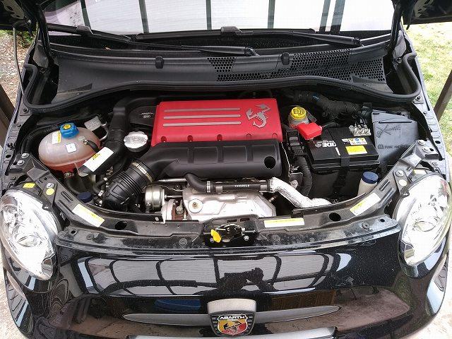 エンジンフード開けて向かって右側にあるのがバッテリーですよ