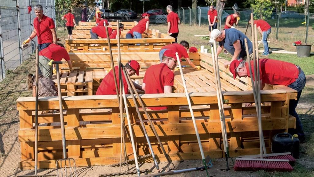 Beim vierten Social Day der Dussmann Group arbeiteten alle gemeinsam im Haus und im Garten, damit die Kinder des Kinderclubs Sternschnuppe einen schönen Ort zum Spielen und Lernen haben - Foto: Dussmann Group/Fotos: Frederic Schweizer