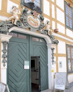 "Eingangsportal des Museum-Hauses ""Im güldenen Arm"""