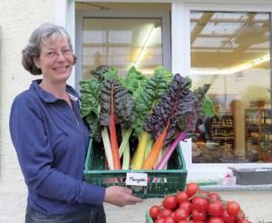 Sabine Schwalm mit dem erntefrischen Gemüse der Saison