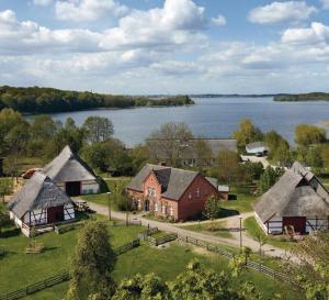 Das Freilichtmuseum für Volkskunde liegt direkt am Südufer des Schweriner Sees.  Foto: Volker Janke
