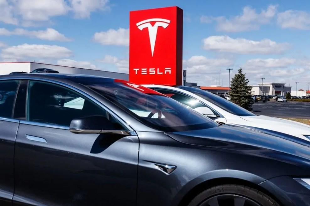 Tesla cars detect speed limits