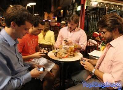 sinais da traicao - cuidado exagerado com o celular