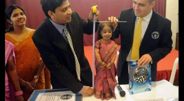 Jyoti Amge entre as menores pessoas do mundo