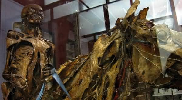 arte entre os estranhos usos de cadaveres humanos