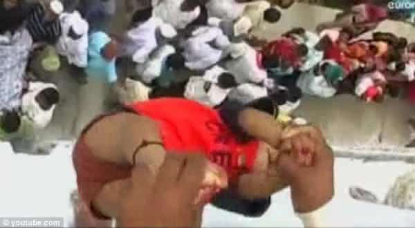 Arremesso de Bebe india entre as mais bizarras tradicoes no mundo