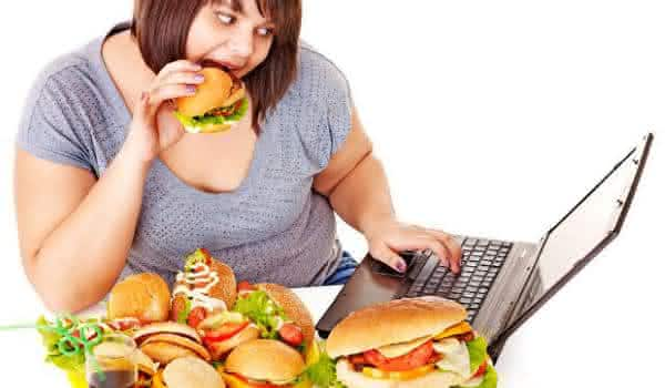 mulher come muito entre as coisas que as mulheres fazem quando estao sozinhas