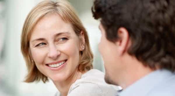 menos pressao entre as razoes pelas quais alguns homens preferem mulheres mais velhas