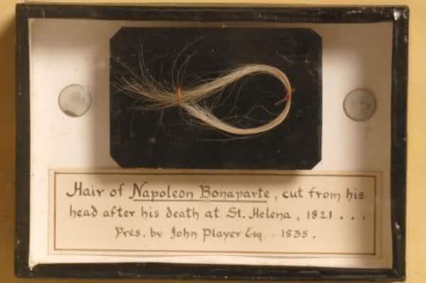 reliquias entre os estranhos de cabelo humano