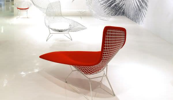 Bertoia Asymmetric Chaise entre as cadeiras mais caras do mundo