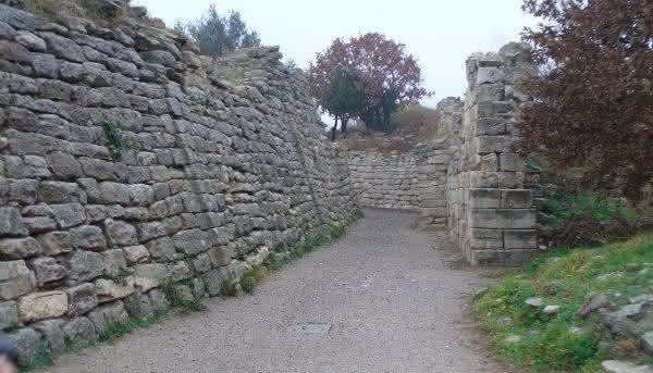 Paredes de Troia entre os muros mais famosos do mundo