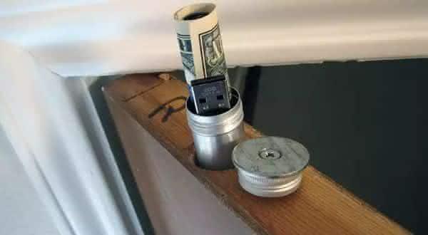 porta entre os lugares seguros para esconder objetos de valor em sua casa