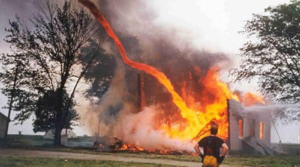 Redemoinhos de fogo entre os fenomenos naturais mais incriveis do mundo