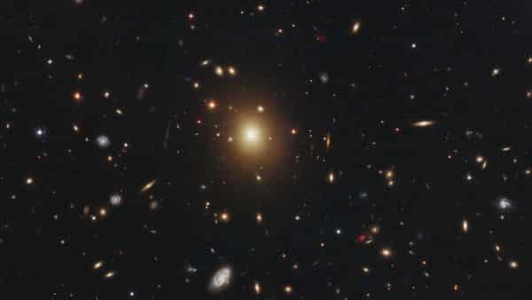 A2261-BCG entre as maiores galaxias do universo