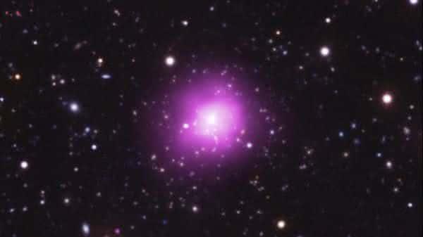Phoenix Cluster entre as maiores galaxias do universo