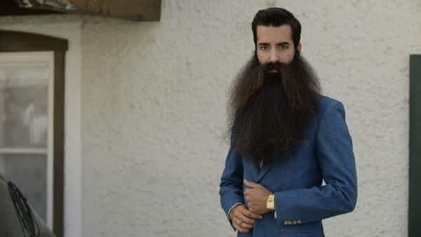 Madison Rowley entre as barbas mais longas do mundo