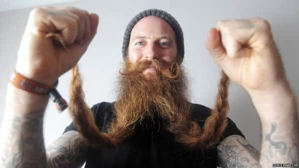 Michael Legge entre as barbas mais longas do mundo