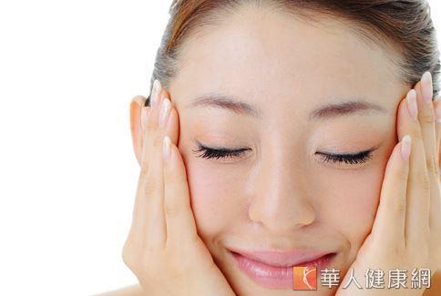 中醫師表示拍打臉部特定部位可以讓肌膚較為緊實,但無法達到瘦身的作用。