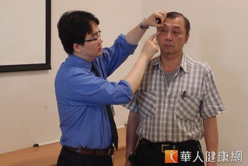 沈筠惇醫師(如圖)指出,相較開顱手術,從眼眶取出腫瘤,較傳統手術安全性高。(攝影/張世傑)