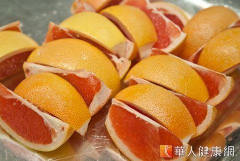 葡萄柚富含多種維生素與礦物質,有益於減重者食用。(本站資料照片)