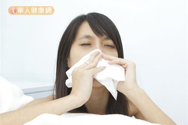 由於經常進出冷氣房,室內開冷氣,戶外卻像火爐,使得原本呼吸道功能較差的人,出現鼻子易搔癢難耐、狂流鼻水,甚至嚴重到無法專心工作。