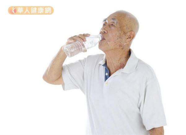 許多老年人容易嘴巴乾燥,整天頻頻喝水卻不見改善。