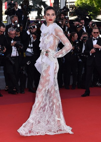 cannes-red-carpet-sara sampaio