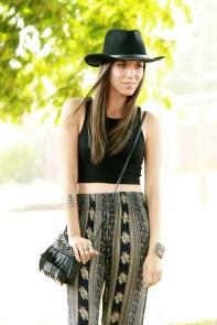 pantalones-anchos-estampados-top-corto-y-sombrero