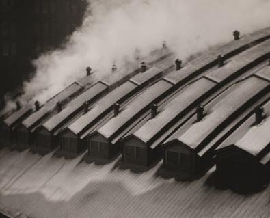 Alvin Langdon Coburn  Station Roofs, Pittsburgh [Tejados de la estación, Pittsburgh], 1910  Impresión a la gelatina de plata, c. 1985, 25,5 × 30,7 cm  Colección de la George Eastman House (legado de Alvin Langdon Coburn), Rochester, Nueva York (1967:0147:0002)  © George Eastman House, International Museum of Photography and Film