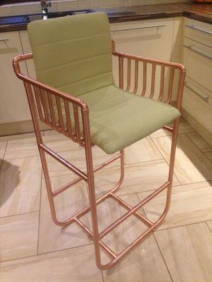 stolička z medených trubiek