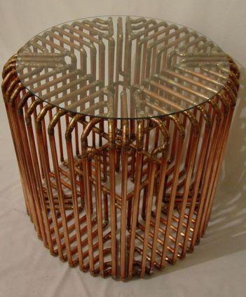 stôl z medených trubiek