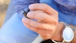 Auricular Sony Ear en la mano