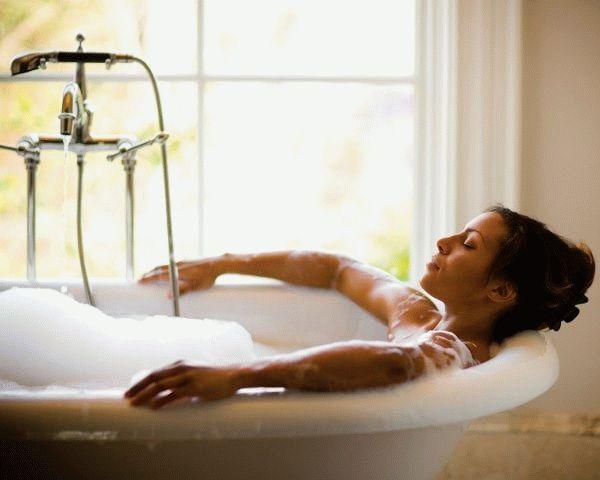 A nő fürdik