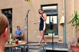 Moderatorin Josephine von Blueten Staub beim Fußball Slam Juni 2018 Beyerhaus Leipzig Topical Island Poetry Slam